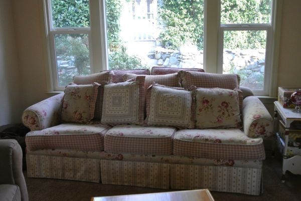 Shabby Chic Sofa Couch - $250 (Grass Valley)