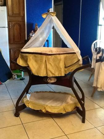 Baby bassinet fisher price zen collection gliding bassinet - $200 (North Las Vegas)