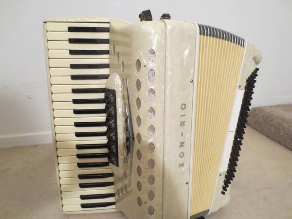 White Zon Rio Accordion - $425 (Torrey Pines Smoke Ranch)