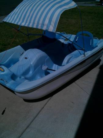 PADDLE BOAT, 08 PELICAN, 5 PERSON WITH ICE BOX AND CANOPY - $600 (MODESTO 209 AREA)