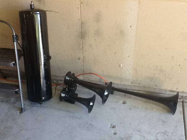 Set of air horns and 7 gallon tank - $150 (Turlock)
