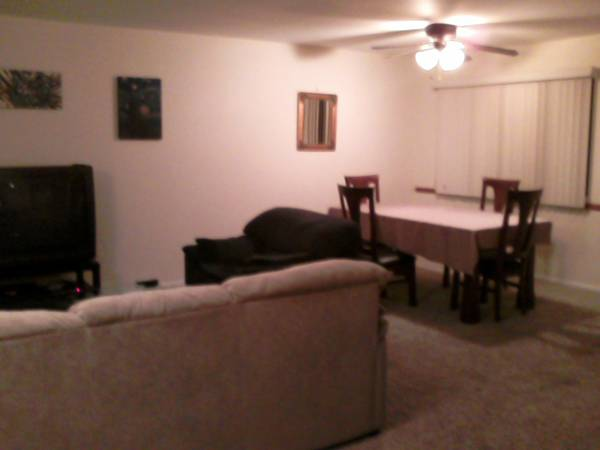 $650 1570ftsup2 - Room for rent in three bedroom townhouse utilities included (Costa Mesa)