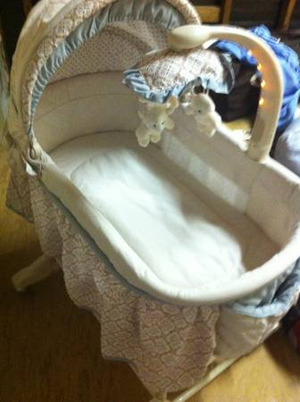 Neutral baby bassinet Clayton by Delta - $75 (TemeculaMurrieta)