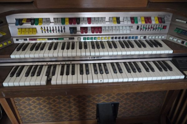 lowrey celebration organ wmagic genie - $125 (palm desert)