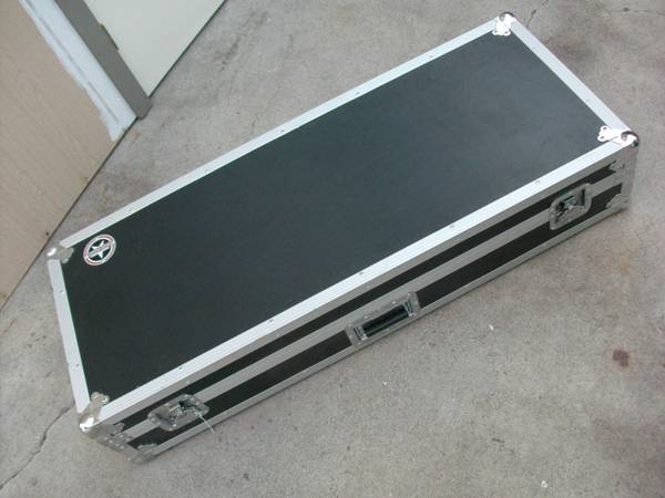 Road Runner Keyboard Flight Case with Casters Black 61 Key - $175 (Reno)