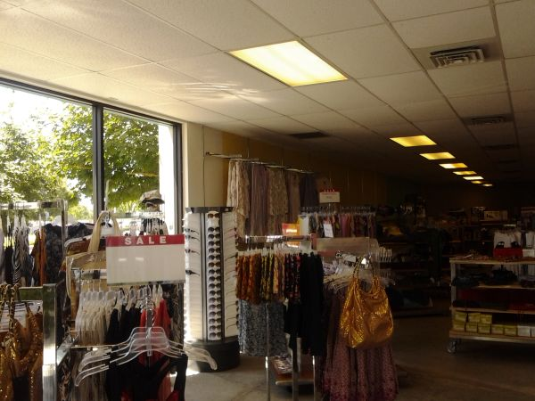 clothing store ready to get install it - $30000 (Tulare)
